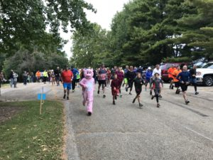group of people running in the swifty swine 5k